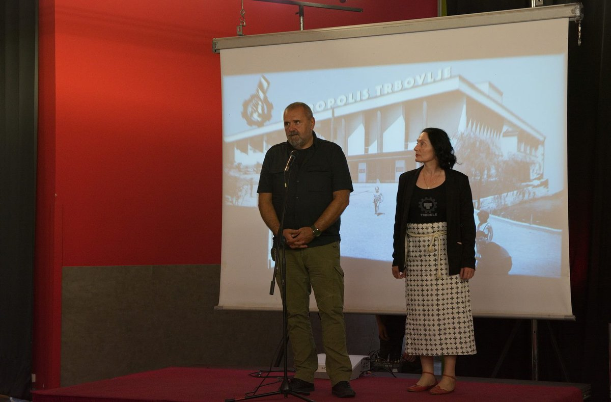 Zoran Poznič, director of DDT, who later became the Minister of Culture of Slovenia, addressing the audience, together with Lili Anamarija No.